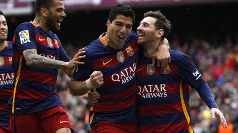 Leo Messi festeja con Luis Suárez y Dani Alves.