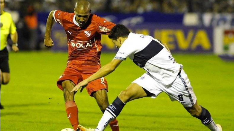 Diego Vera se lleva el balón marcado por Oliver Benítez.