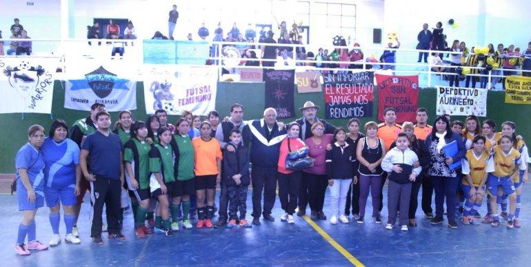 Las hinchadas del fútbol de salón femenino se reunieron en el gimnasio municipal 3.