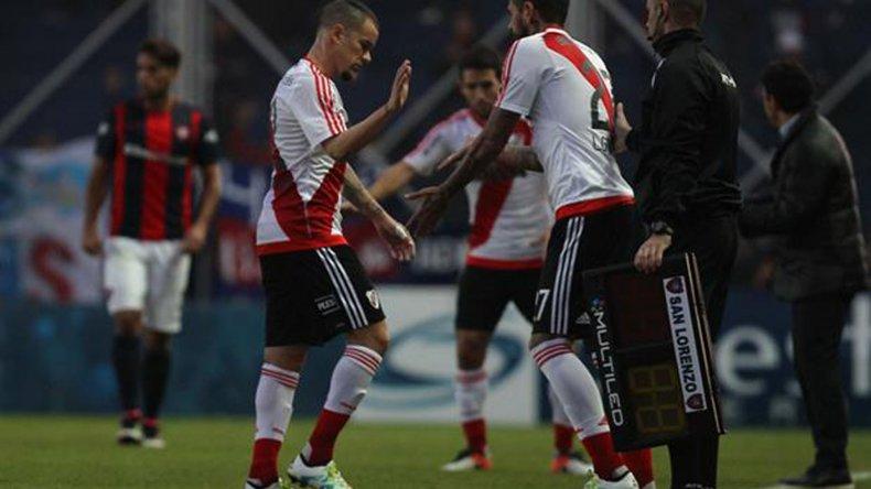 Andrés D'Alessandro sale y es reemplazado por Lucho González.