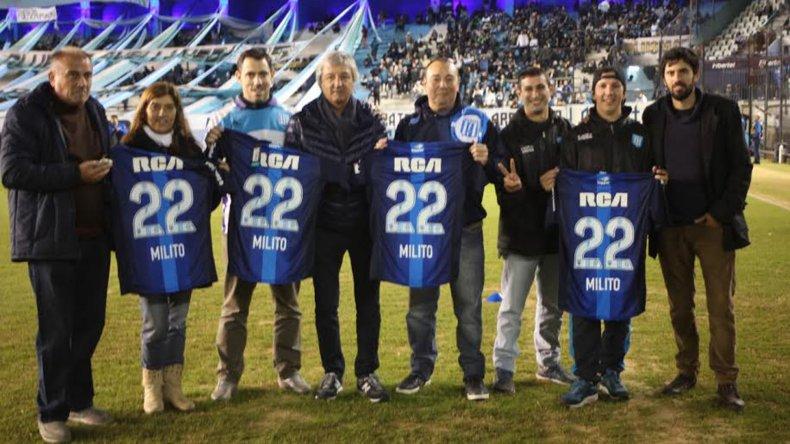 La Filial de Racing de Comodoro en la camiseta histórica de Milito