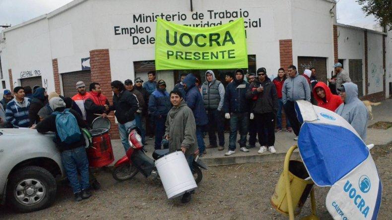 Los manifestantes de la UOCRA bloquearon el acceso a la delegación Caleta Olivia del Ministerio de Trabajo de la Nación.