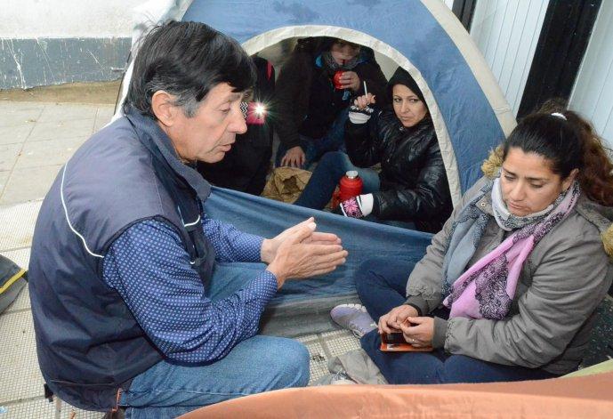 El concejal Rubén Martínez dialogó con las mujeres inscriptas en el Plan Techo Digno que decidieron acampar en el acceso al municipio en reclamo de una vivienda.