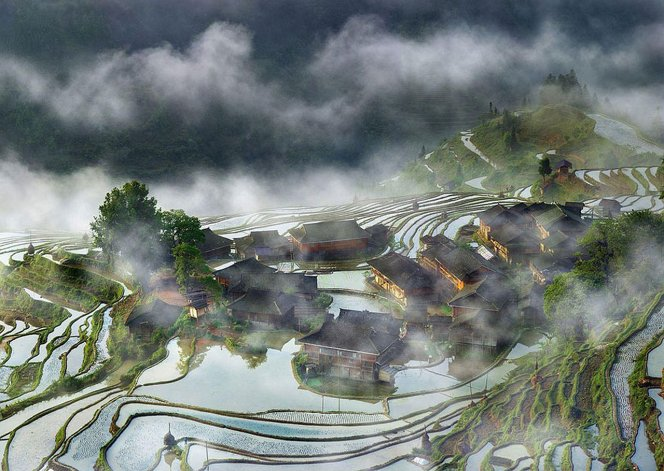 Pueblo en la neblina