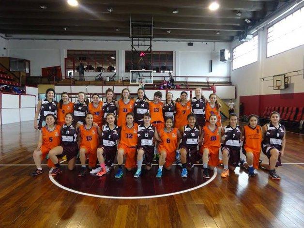 Los planteles de la categoría U17 de Federación Deportiva y Pico Truncado posando en el Diego Simón.