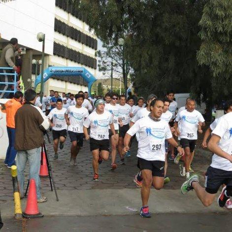 La corrida universitaria contó con una importante cantidad de participantes.