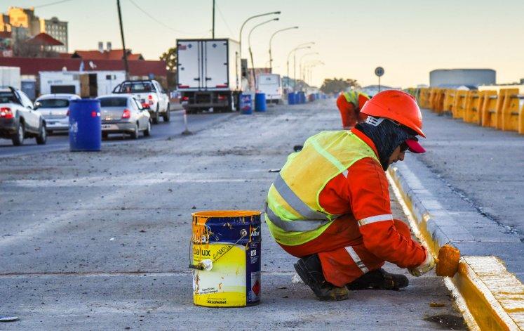 Los trabajos que se desarrollan sobre uno de los carriles de la avenida Ducós.