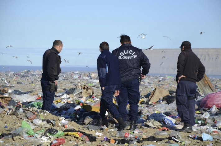 Personal policial de la Seccional Tercera preserva el lugar a la espera de la llegada de Criminalística.