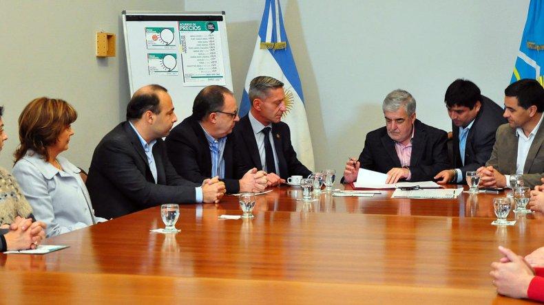 El gobernador firmó ayer acuerdo de precios con supermercados.