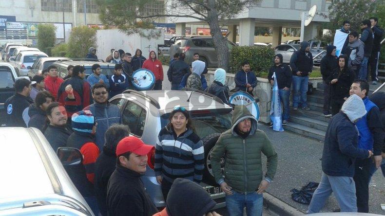 Petroleros reclaman frente al edificio de PAE