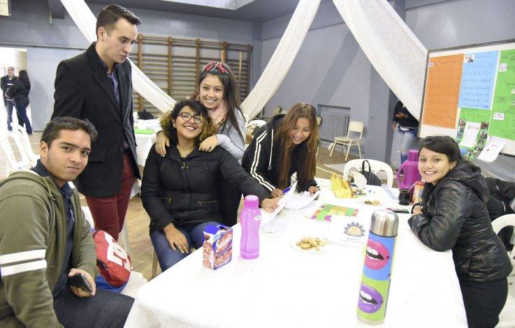 Los estudiantes de quinto año de la escuela Perito Moreno recibieron a instituciones para la realización de la 1ª Mesa de Gestión de Diagnóstico Participativo Urbano.