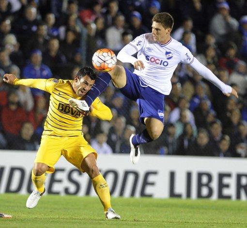 Carlos Tevez disputando el balón anoche en el partido que Boca empató 1-1 con Nacional en la capital uruguaya.