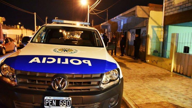 La policía custodia el domicilio de Standart donde se hallaron 15 kilos de droga y más de $60.000 en efectivo.