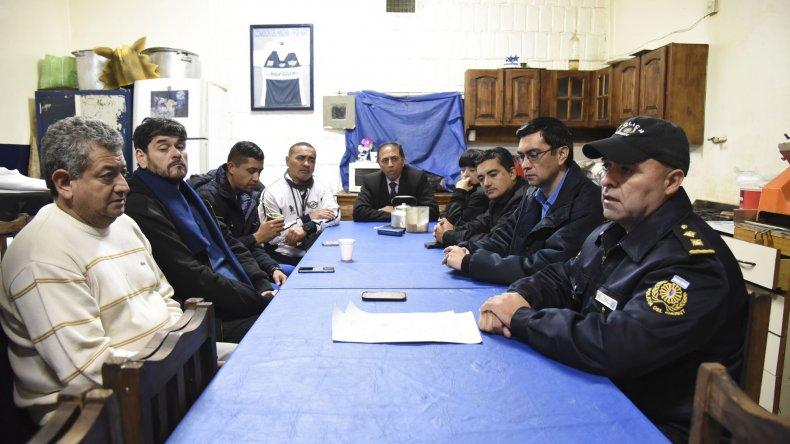 Efectivos de la Seccional Segunda y dirigentes de Newbery se reunieron en instalaciones del club del barrio 9 de Julio.