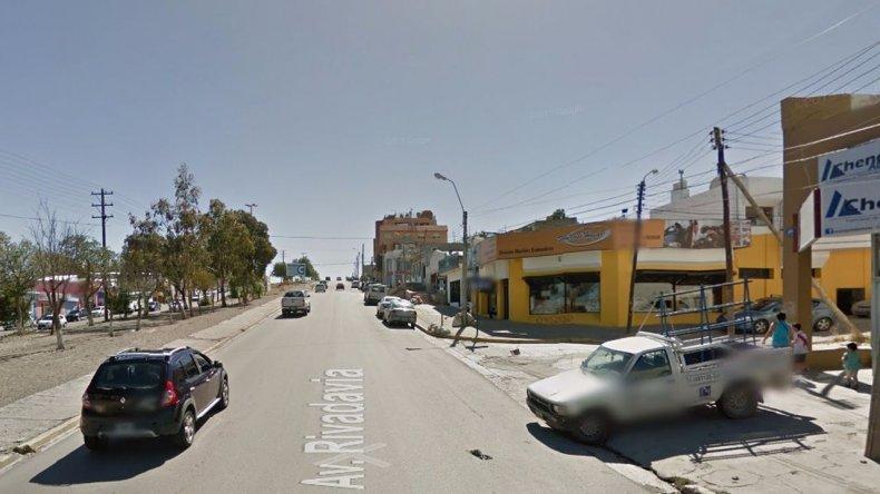 En plena Rivadavia golpearon a una mujer para robarle