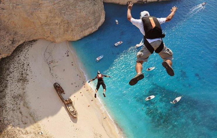 Una de las actividades que se pueden realizar desde los acantilados es salto base