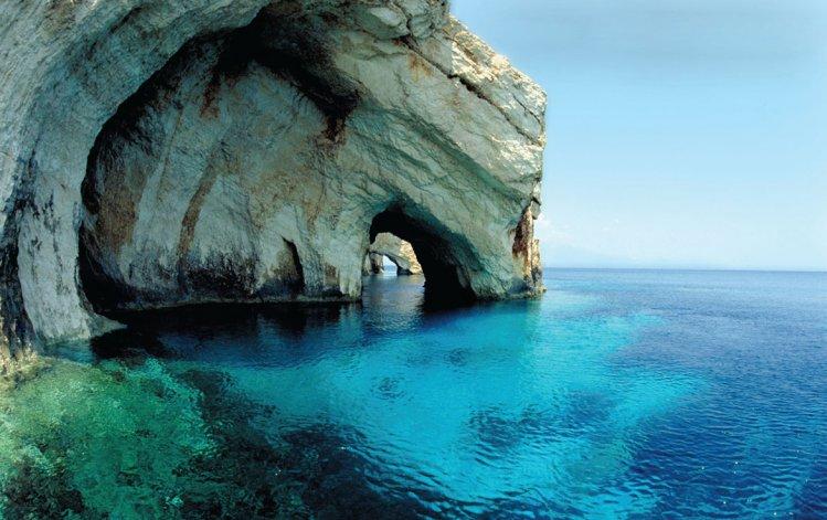 El área está definida por sus acantilados de piedra caliza y agua cristalina.