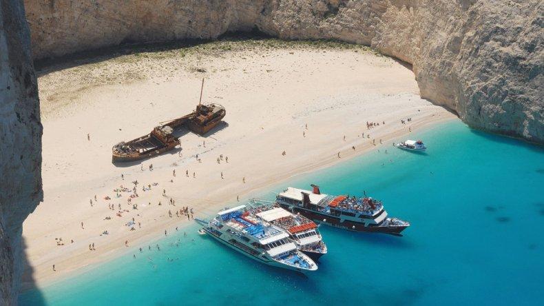 Sin dudas lo que hace única a esta playa es la curiosidad del fotogénico barco naufragado.