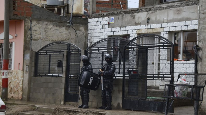 El procedimiento que realizó ayer la policía en la vivienda donde reside el sospechoso Víctor Hugo Alcaina.