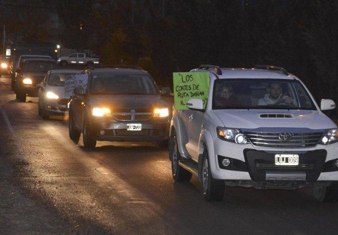Residentes de Cañadón Seco protagonizaron el viernes una masiva caravana de vehículos
