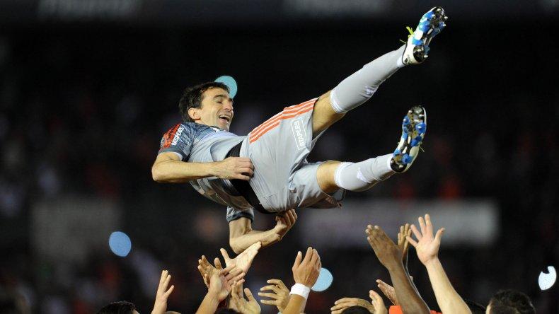Marcelo Barovero es despedido por sus compañeros en el Monumental.