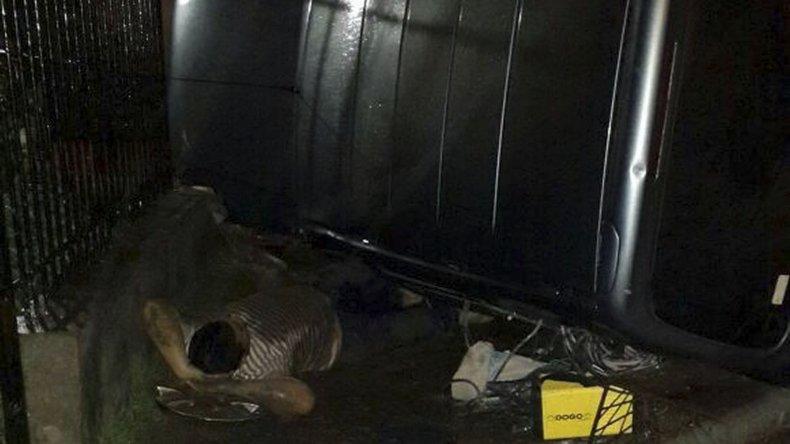 La Peugeot Partner estrellada contra el muro de una vivienda de Kilómetro 8 y su conductor en el suelo.