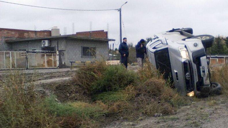 Una camioneta volcó en una calle barrosa del San Cayetano