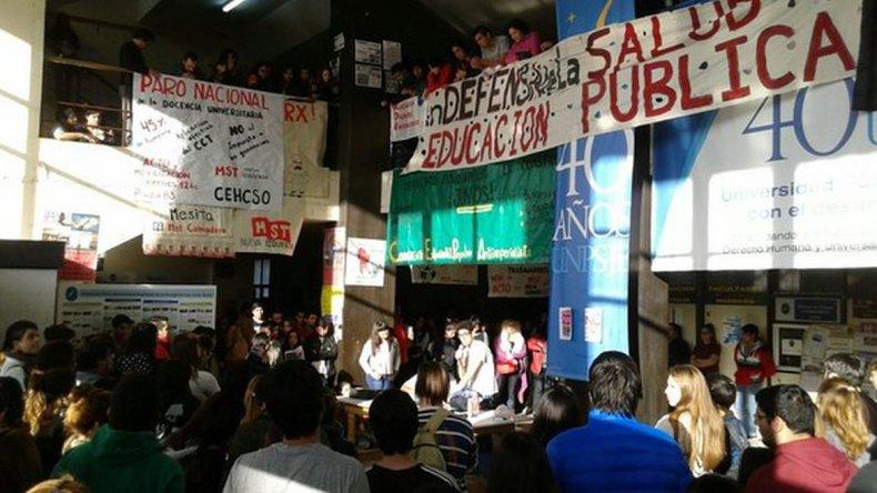 Vecinales y estudiantes secundarios se suman a la marcha por la educación pública