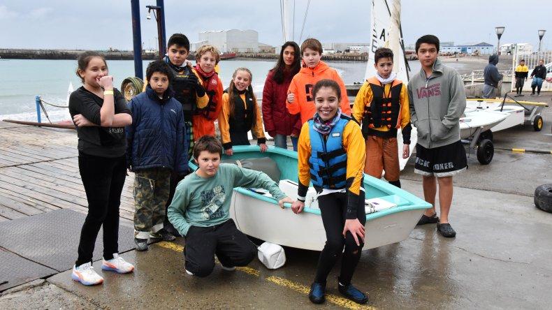 El grupo de chicos que conforman la escuela regular de Optimist posan para El Patagonico.