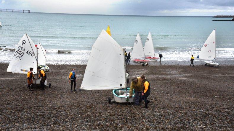 La tarde comienza a caer y las embarcaciones empiezan a salir del agua en la costanera local.
