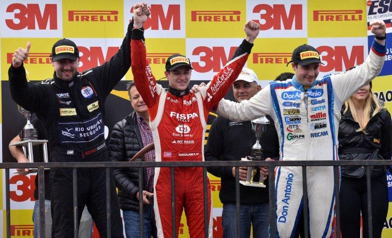 Gustavo Micheloud –izquierda- junto a Franco Girolami –centro- y Antonino Sganga en el podio de la segunda final de la TR V6.