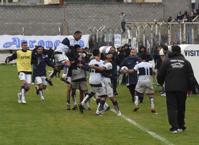 El festejo del segundo gol de Rodrigo Cárcamo.