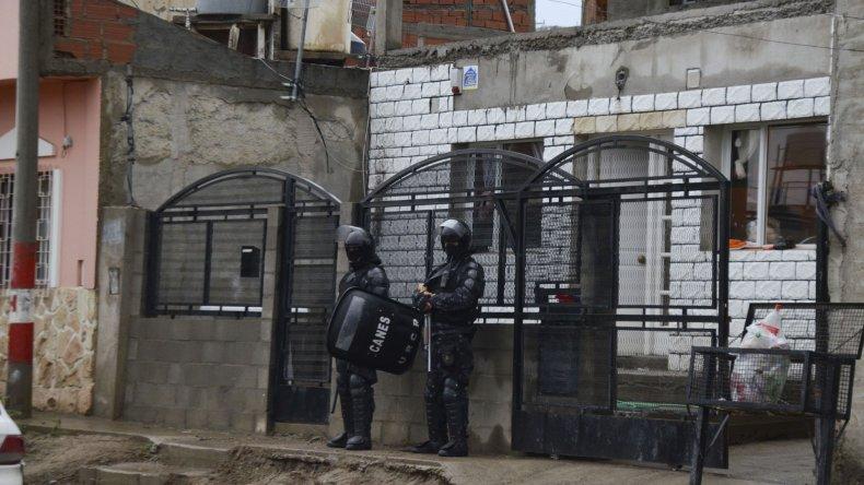 La policía durante el allanamiento que efectuó el sábado en la vivienda de Alcaina.