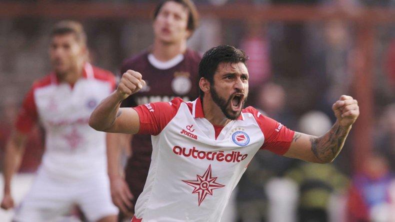 Carlos Bueno festeja el gol del empate de Argentinos ayer ante Lanús en La Paternal.