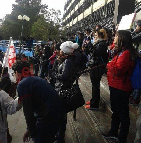 Multitudinaria movilización en Comodoro en apoyo a la educación pública
