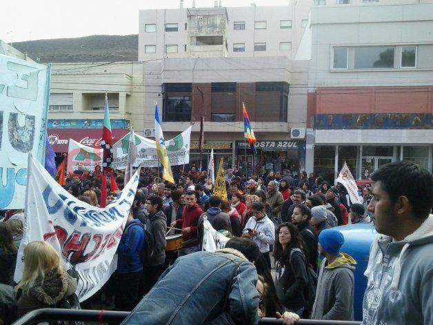 Cerca de 800 personas marcharon en defensa de la educación pública en Comodoro
