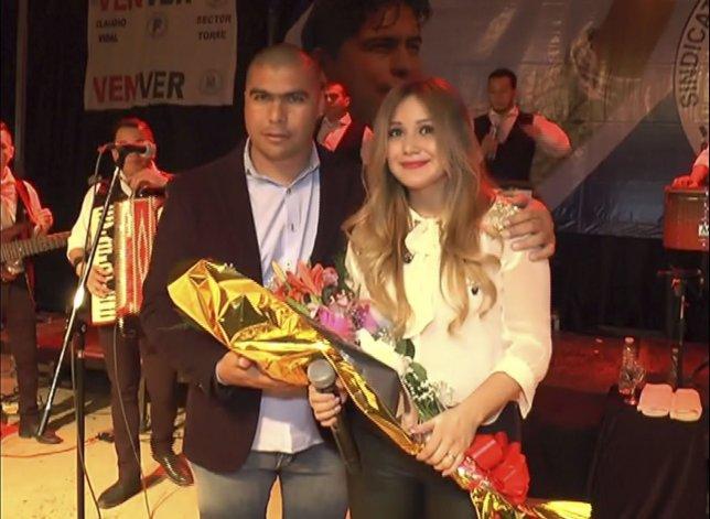 Rafael Guenchenen le entregó un presente a Karina durante el show que ofreció a los trabajadores petroleros.