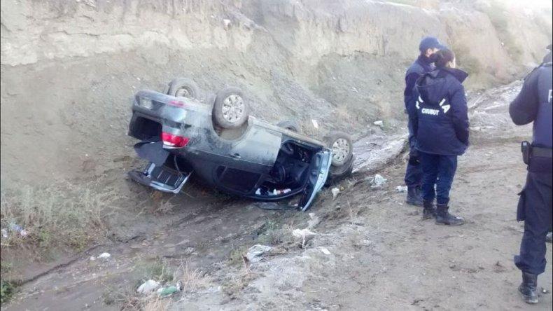Perdió el control del auto por la escarcha y volcó en el Roque González