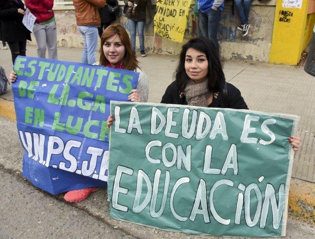 MARCHA EN DEFENSA DE LA EDUCACION PUBLICA EN COMODORO
