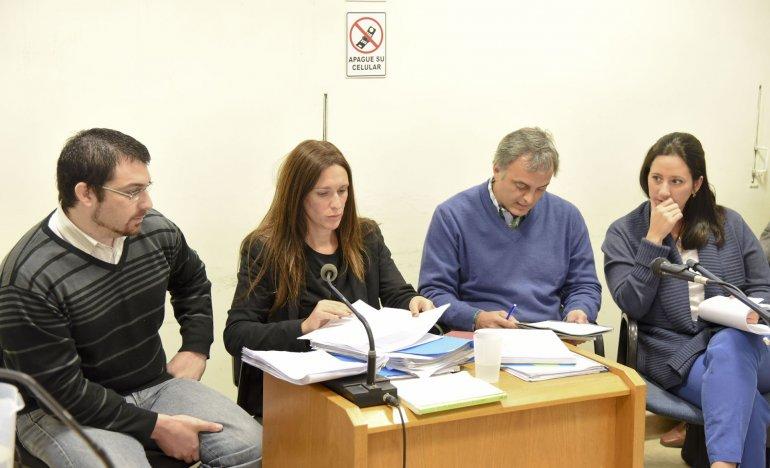 Nadia Kesen y Sergio Solís junto a sus abogados defensores. La audiencia preliminar se postergó para el martes 31 de mayo.