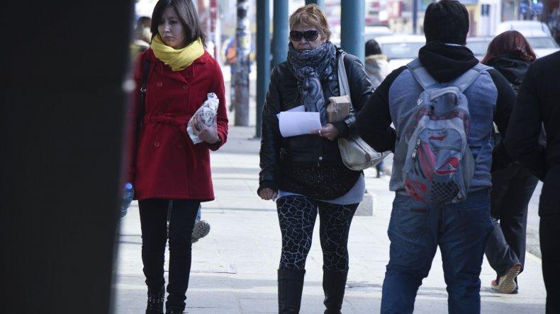 Los ciudadanos tuvieron que salir ayer bien abrigados a las calles.
