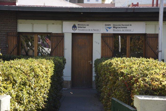 Un hombre en estado irascible amenazó a dos empleadas de la Dirección Nacional de Migraciones y la Policía lo detuvo.