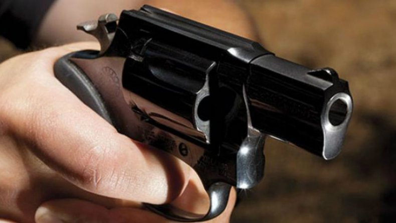 Escuchó disparos, se asomó a mirar y recibió un tiro en la espalda