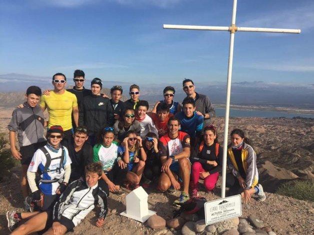 Moira Miranda –primera de la fila del medio– junto al grupo de triatlonistas durante la concentración que se realizó en San Juan.