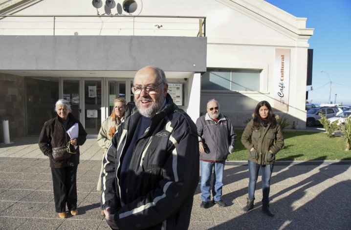 Artistas se convocaron ayer en el exterior del Centro Cultural para reclamar por el uso específico de los espacios culturales para sus fines originales.