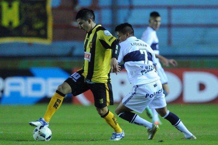 Matías Soto Torres domina ante su marca. Deportivo Madryn estuvo cerca