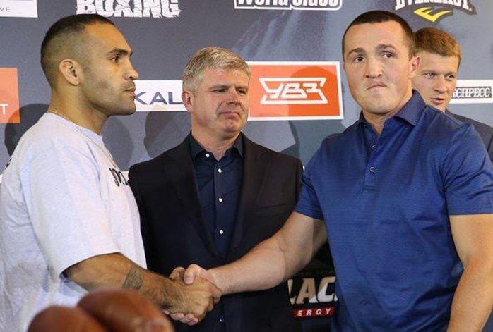 Víctor Ramírez –izquierda- y Denis Lebedev se saludan en la previa del combate que se celebrará mañana en Moscú.