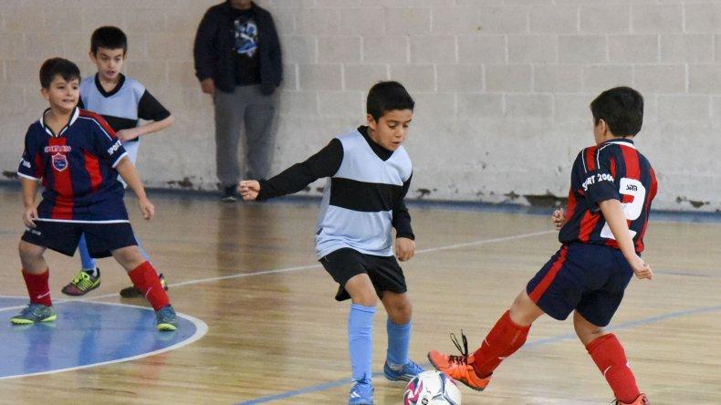 Los chicos se preparan para una nueva doble jornada de la Copa Alexis Cabrera de fútbol de salón infantil.