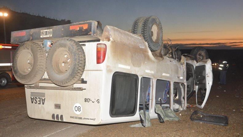 La camioneta en la que viajaban los trabajadores petroleros quedó en posición invertida