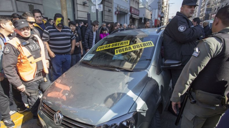 Taxistas escrachan a vehículos que trabajan para Uber.